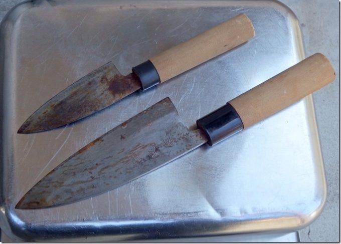 錆びた出刃包丁と小出刃包丁の表面