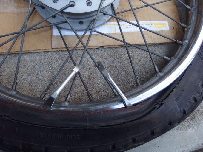 再度1本目タイヤレバーをスポークに掛ける.