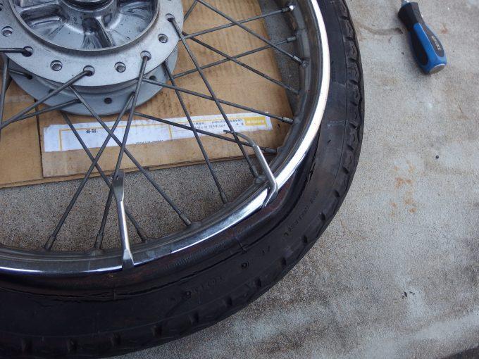 2本目タイヤレバーをスポークに掛ける