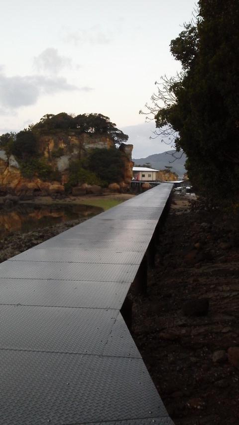 仮屋湾遊漁センター渡船場までの橋 (3)
