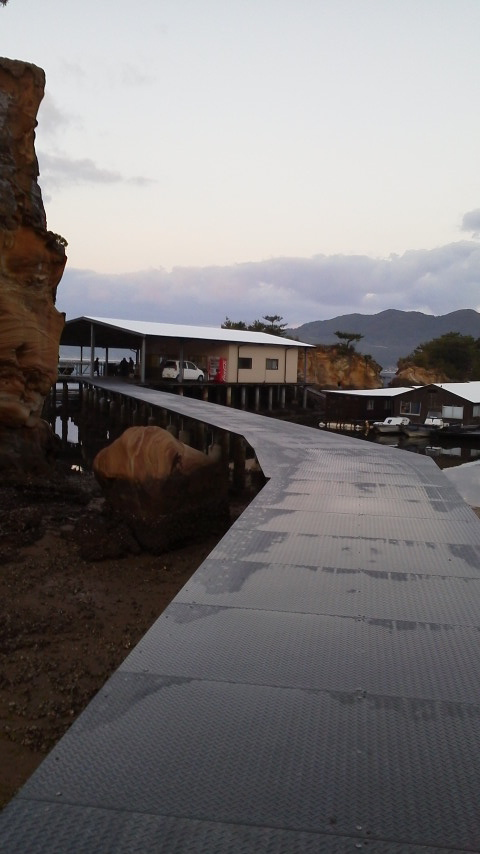 仮屋湾遊漁センター渡船場までの橋 (4)