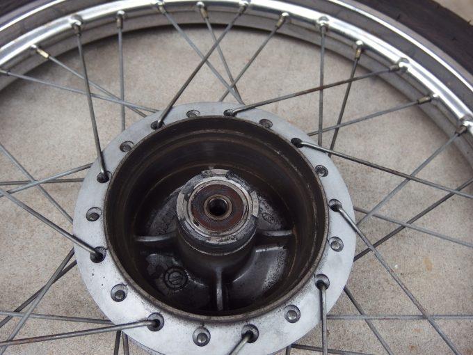 スーパーカブ90カスタム-前輪ホイールハブの汚れ