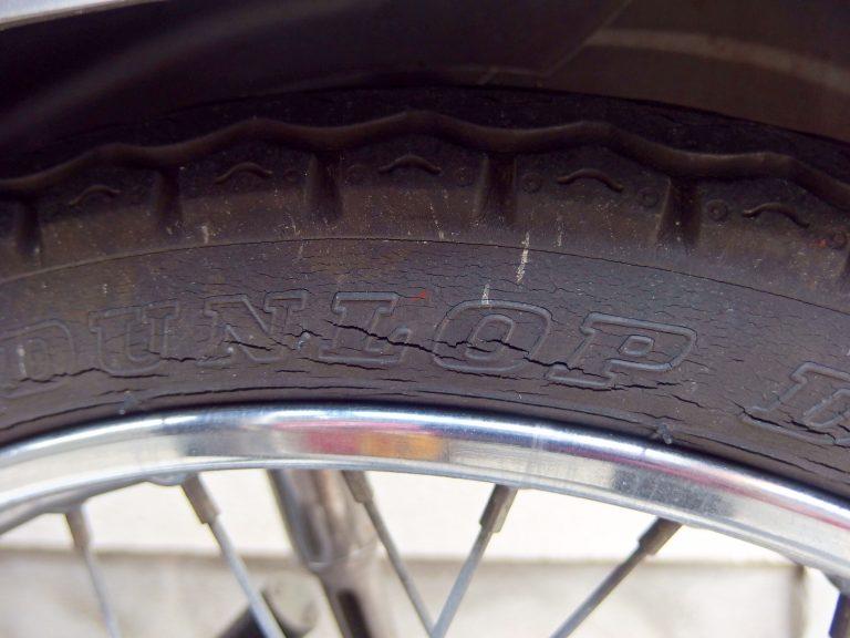 スーパーカブ90カスタム-後輪タイヤにヒビ