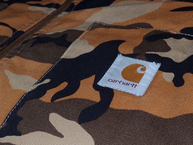 Carhartt-カーハート-オレンジカモ柄-ワークジャケット-ポケットのロゴ