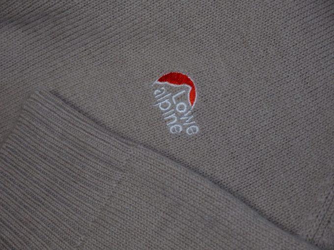 Lowe-alpine-ロウアルパイン-フルジップセーター-胸の刺繍ロゴと袖のリブ