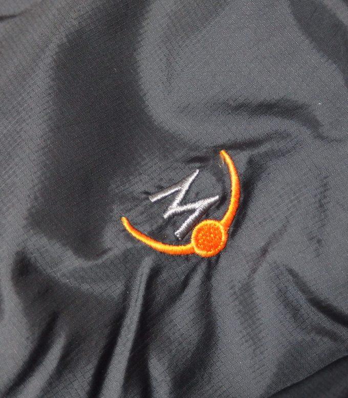 MOONSTONEムーンストーン-シェーラスジャケット-袖の刺繍ロゴ