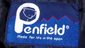 Penfieldペンフィールド-襟元のラベル